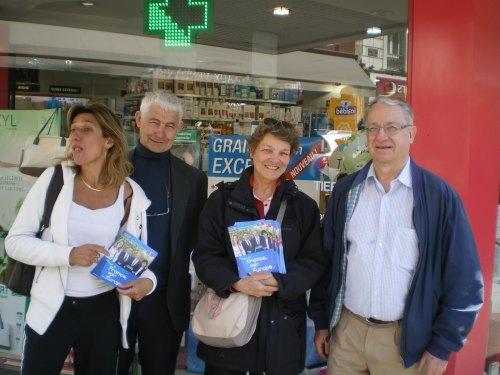 Distribution de tracts au marché pour les europennes le 17-05-14 014